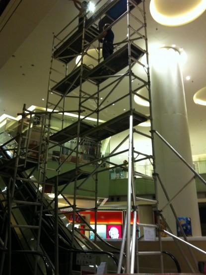 雙連窄身高空工作台設扶手電梯上-於荃灣荃新天地
