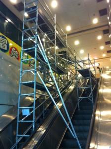 三連高空工作台設扶手電梯上 元州商場
